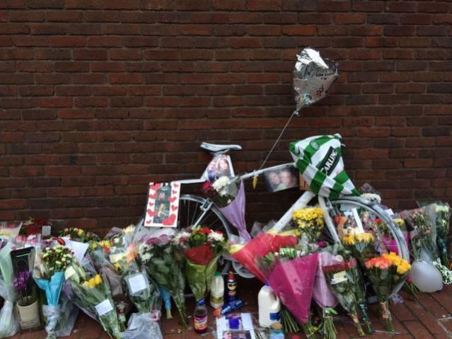 Tributes to Alan on Caledonian Road. Image: Jacqueline Shoen.