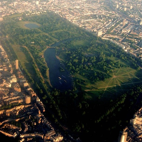 Aerial view of Hyde Park- regarded as one of the green park lungs of London. Image: Ben Letoderivative work Licensed under CC BY 2.0 via Wikimedia Commons