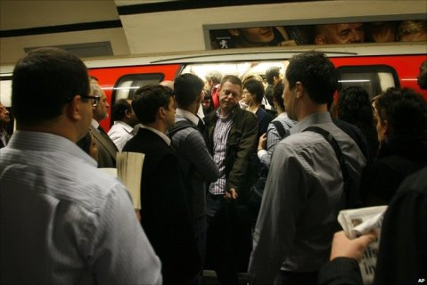 """""""Congestion-on-the-london-underground"""" by Susanturner70 - Own work. Licensed under CC BY-SA 3.0 via Wikimedia Commons"""