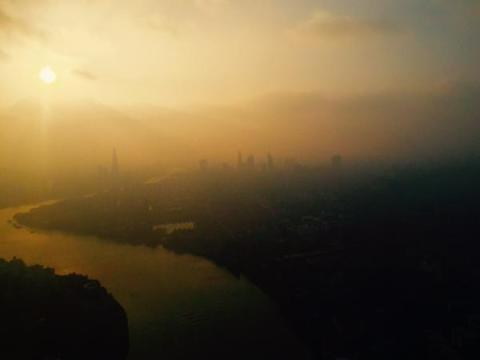 This was the picture taken by a Met Police Helicopter of the hazy conditions over London as dusk approached. Image: @MPSinthesky