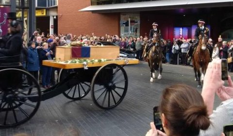City of London mounted police horse escorting King Richard III on his last journey to reburial in Leicester Cathedral. Image: @CCLeicsPolice