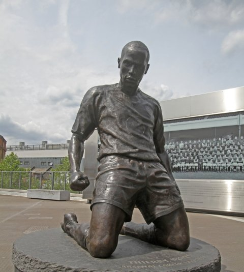 Thierry Henry statue outside the Emirates Stadium by Ronnie Macdonald - http://www.flickr.com/photos/ronmacphotos/7443669436/in/set-72157630289400506. Licensed under CC BY 2.0 via Wikimedia Commons