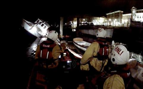 Lifeguards called to 'mayhem' as several boats sink in Richmond. Image: @rnli_teddington