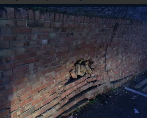 Damage to the wall caused by the car losing control. Image@SurreyRoadCops