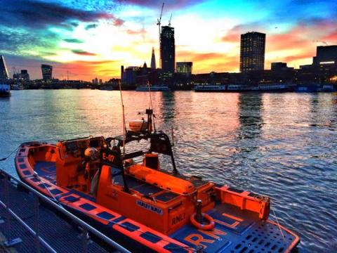 Tower RNLI saving the life of a 23 year old man spotted in the River Thames near Blackfriars Bridge. Image:@TowerRNLI