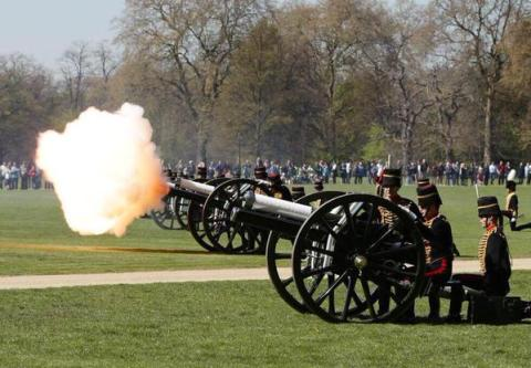 41 gun salute at Hyde Park. Image: @TheRoyalParks