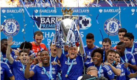 John Terry lifts the Barclays Premiership trophy at Stamford Bridge. Image:@Chelseafc