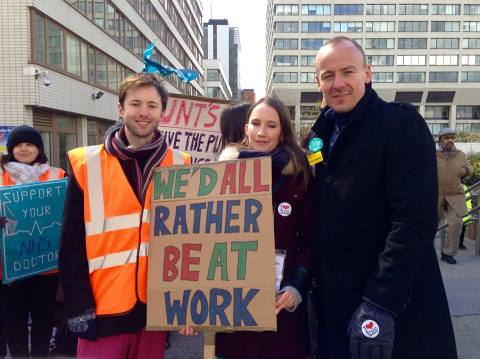 Junior doctors protesting outside St Thomas' Hospital, London (Image: Emma Roberts)