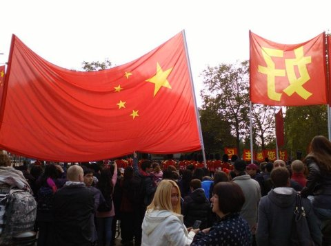 Chinese flags and welcoming slogans lined the Mall, amid various protests. Image: Al Riddell.