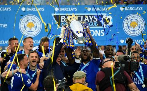 Captain Wes Morgan and manager Claudio Ranieri lift the Premier League trophy. Image: @premierleague